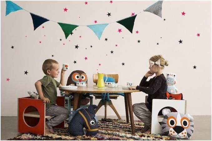 Фото дети за столом в детской комнате