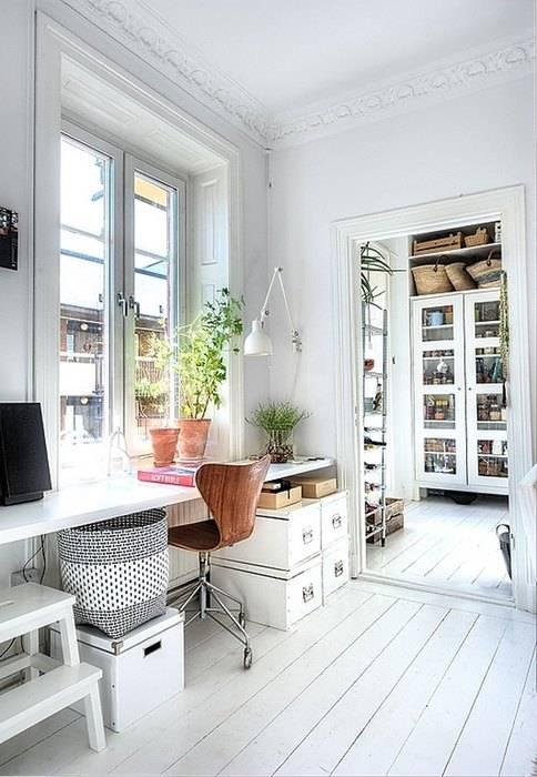 Домашний офис у окна