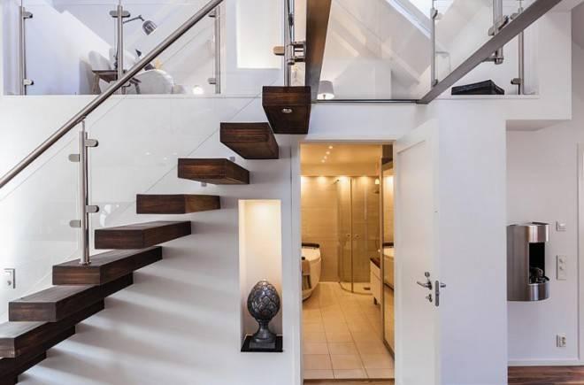 дверь под лестницей