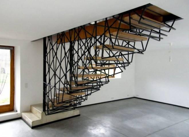 металлические ограждения на лестнице