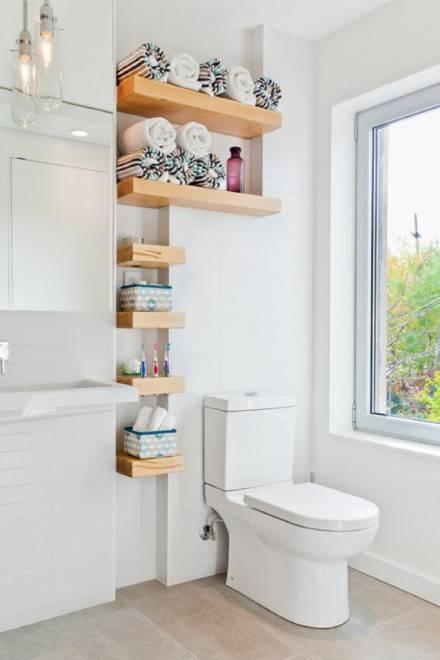 открытые полки в ванной комнате